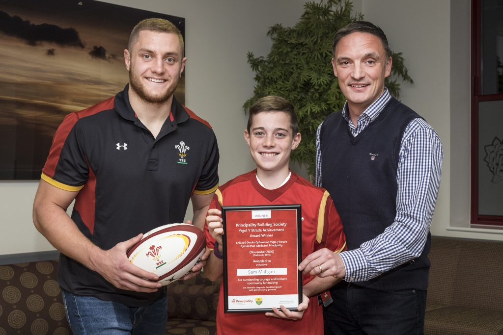 28.11.16 Principality Achievment Award Winner Sam Milligan with Ospreys player James King (left) and Principality Finance Director Steve Hughes (right) at the Peony Breast Cancer Unit, Prince Phillip Hospital, Llanelli Picture by Nick Treharne